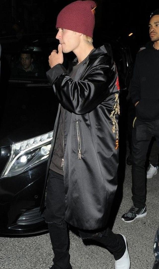 画像: 日本語刺繍ジャケットを着て、アフターパーティに向かうジャスティン。
