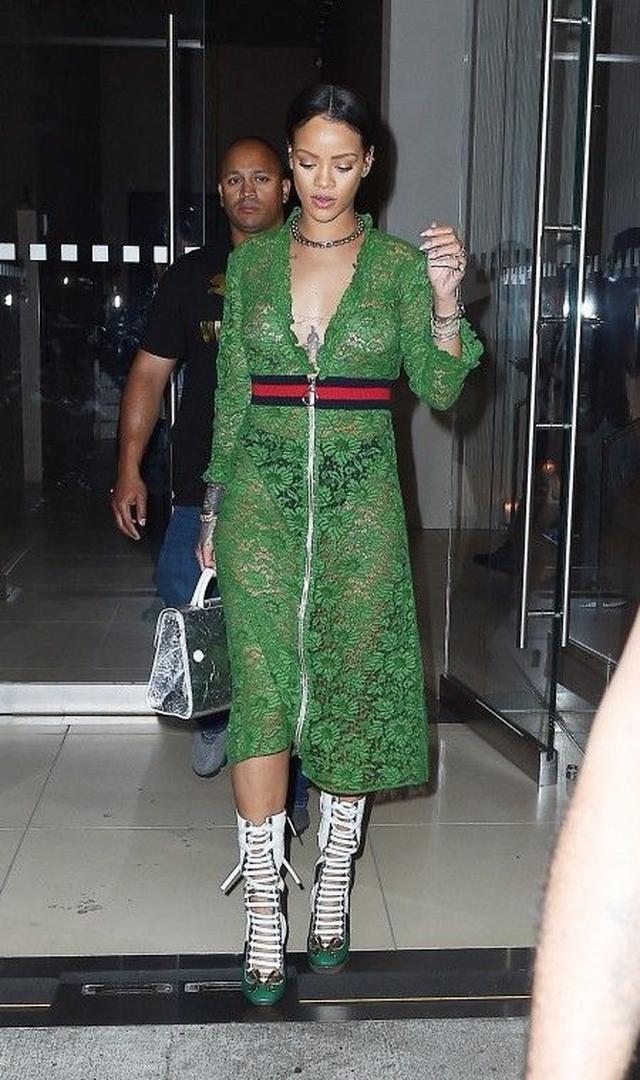 画像: リアーナが着こなすグリーン・スタイルをチェック