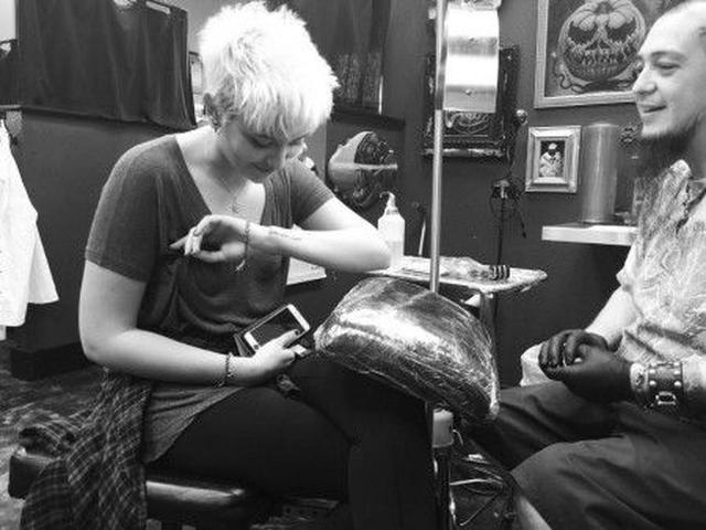 """画像: パリスはこのタトゥーの意味について「人々にとって彼(父マイケル)は""""キング・オブ・ポップ""""だったけど、私にとって彼は""""キング・オブ・マイ・ハート""""だったわ」と説明。"""