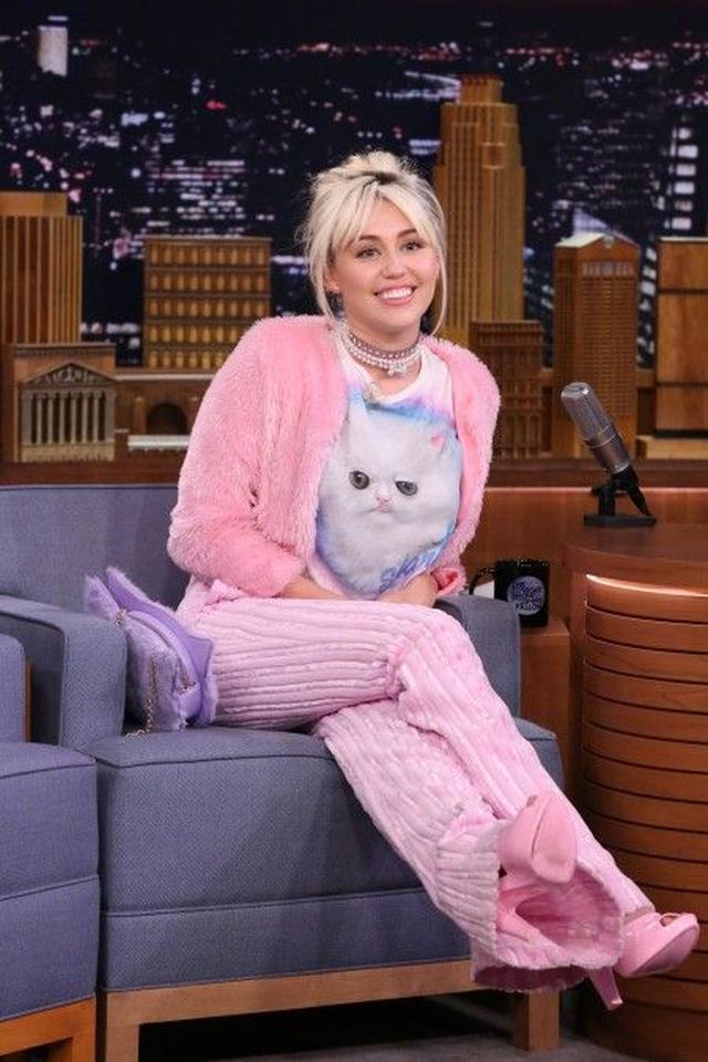 画像: さらに、同じ日に撮影されたテレビ番組の収録には愛猫のシャンティの顔がペイントされたTシャツで登場。