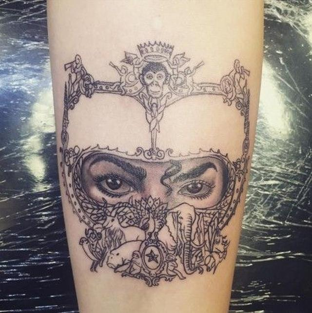 画像1: 故マイケル・ジャクソンの長女パリスが父の目をかたどったタトゥーを入れる