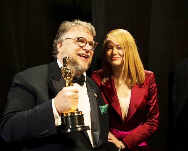 画像: バックステージでのギレルモ・デル・トロ監督とエマ。