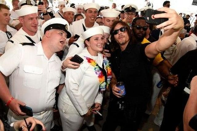 画像: ノーマンと一緒に写真が撮れて、みんな本当に嬉しそう。