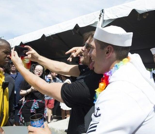 画像3: 『ウォーキング・デッド』の俳優ノーマン・リーダスは、海軍からも大人気!