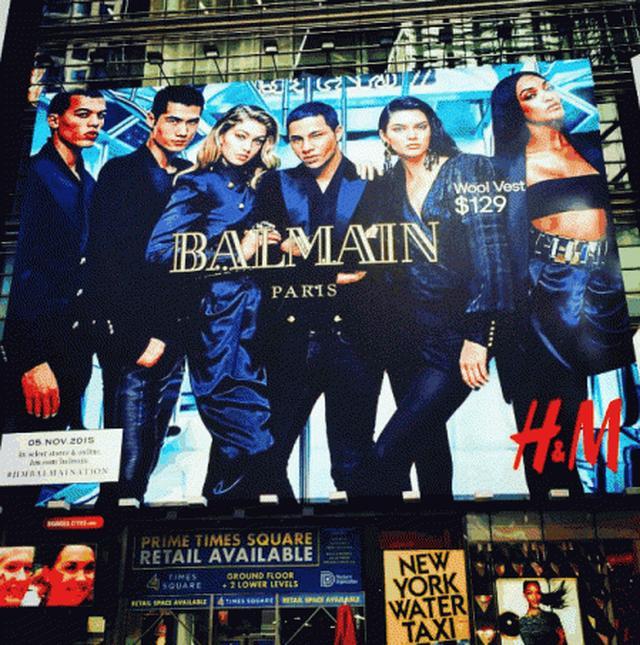 画像: ニューヨークの街に飾られたH&M×Balmainのポスター。モデルたちに囲まれ、真ん中にいるのがオリヴィエ。