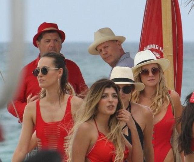 画像2: ブルース・ウィリス、マイアミビーチでのCM撮影を満喫! 思わず女性をチラリ