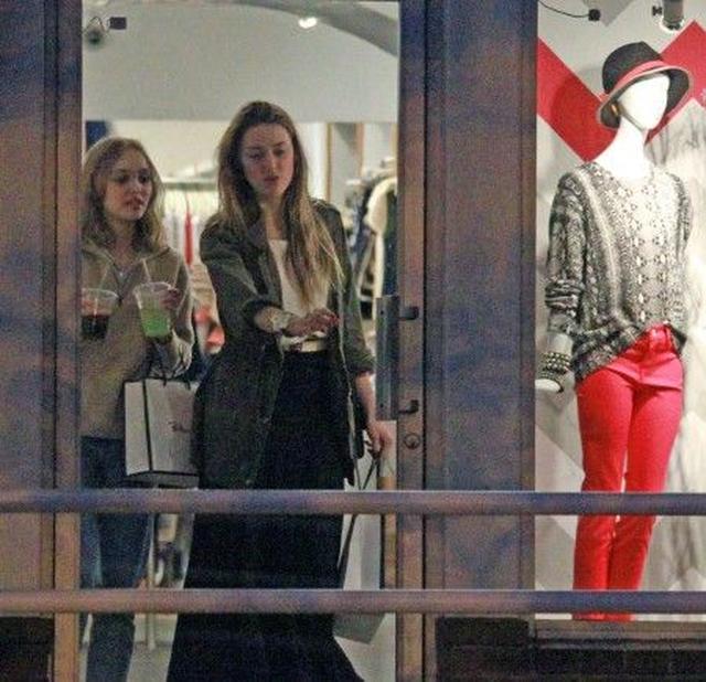 画像: ジョニーと前パートナーの娘リリー・ローズとショッピングを楽しむアンバー。