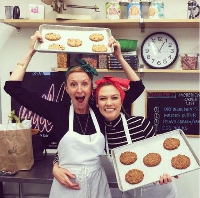 画像: カーリーズ・クッキーを共同運営しているクリスティーナ・トシと共に