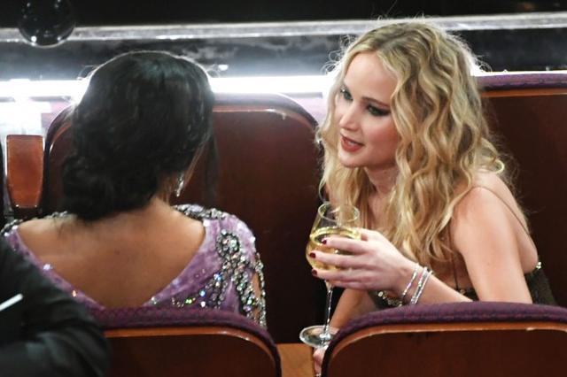 画像: 女優のサルマ・ハエックとは座っておしゃべり。 ©Twitter/ABC News