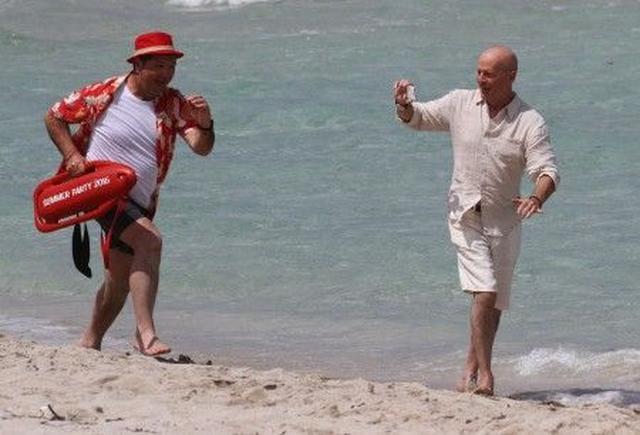 画像1: ブルース・ウィリス、マイアミビーチでのCM撮影を満喫! 思わず女性をチラリ