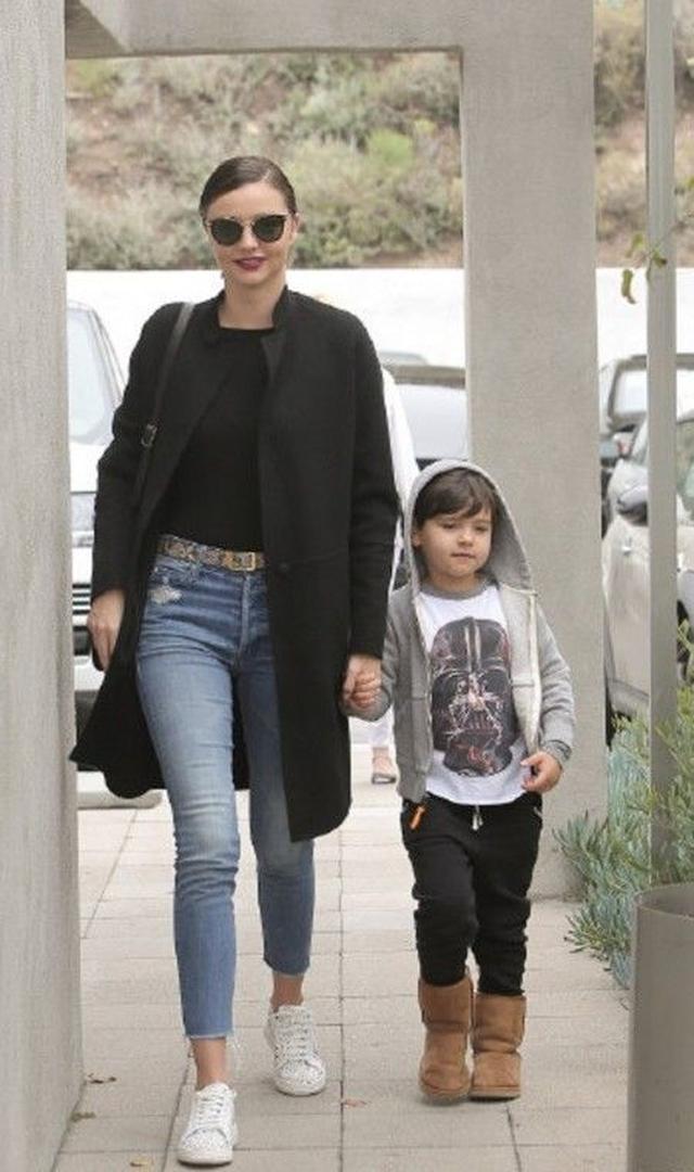 画像: 黒が主役のデニムコーデで息子のフリン君とお出かけ