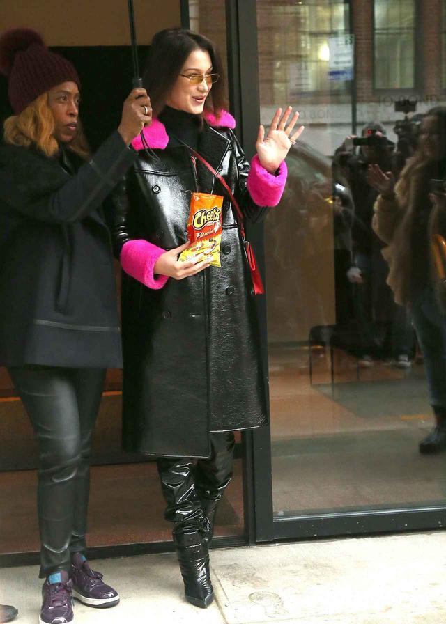 画像1: ベラ・ハディッドの「モデルらしからぬ」行動に共感の声