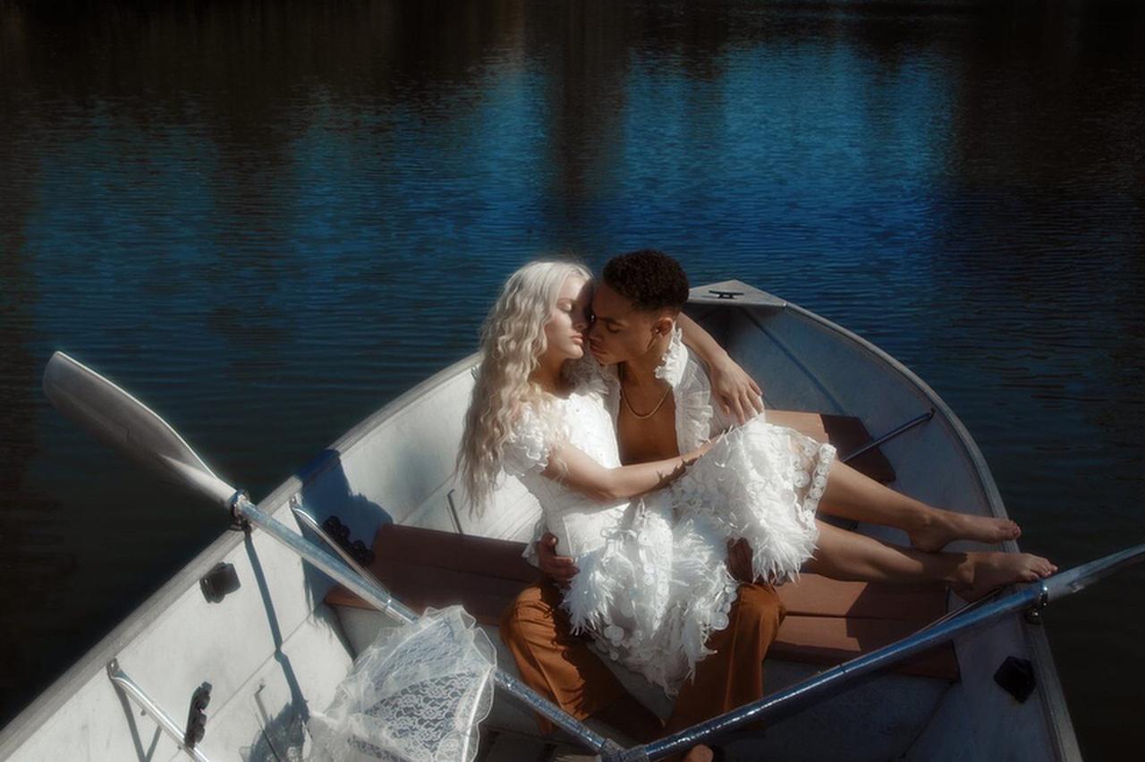 画像2: ザラ・ラーソン、恋人との写真がまるでおとぎ話のプリンセス