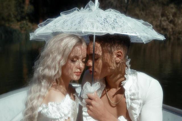 画像4: ザラ・ラーソン、恋人との写真がまるでおとぎ話のプリンセス