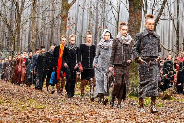 画像1: 会場内に冬の森を再現したアートなランウェイ