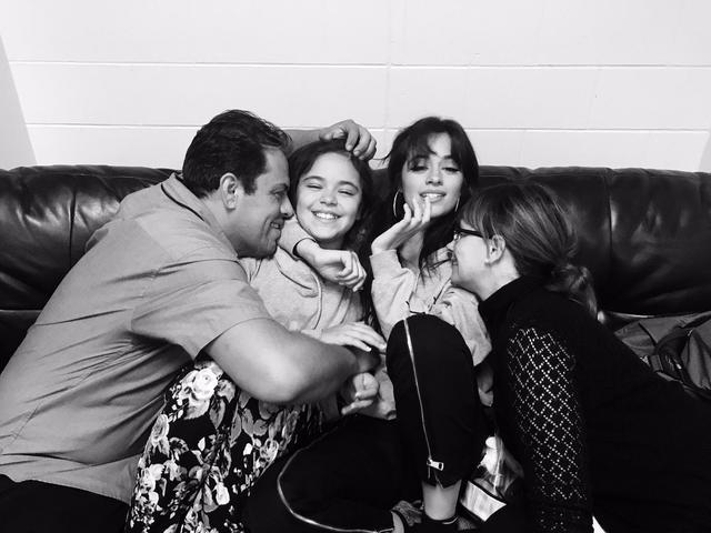 画像: 両親と妹と。©Alejandro Cabello/Twitter