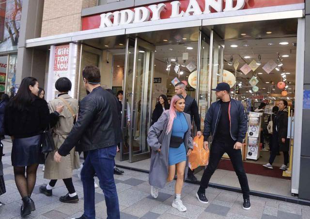 画像: 原宿の表参道にある「キディランド」を訪れたキム。人気キャラクターのグッズやおもちゃなど日本独特の「可愛いもの」がそろう同店は、海外セレブが来日した際に必ずと言っていいほど足を運ぶ場所として有名。