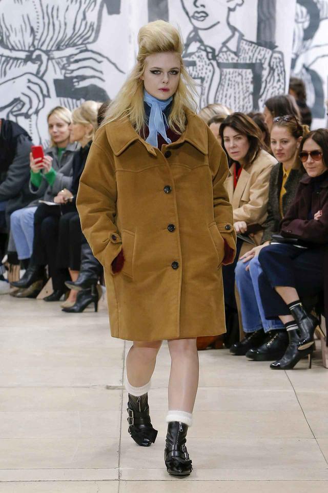 画像1: エル・ファニング、miu miuの最新コレクションでランウェイデビューを飾る
