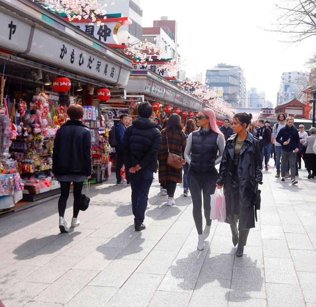 画像: 浅草寺の門前へと続く仲見世商店街に立ち並ぶ店を物色するキムと姉のコートニー。