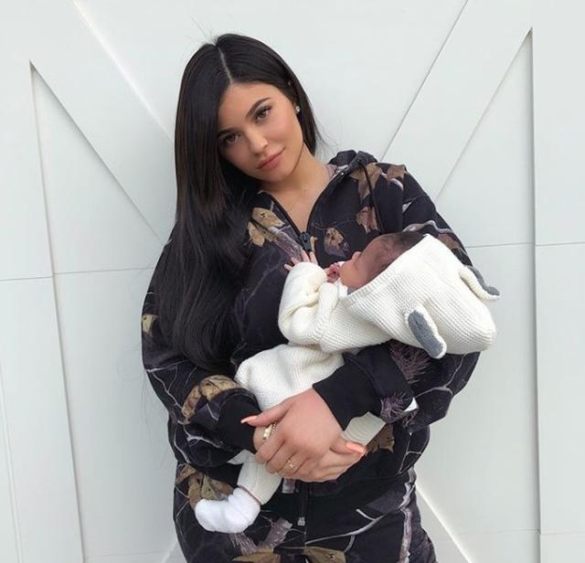 画像: 20歳新米ママのカイリー・ジェンナーに母親歴1ヵ月で批判殺到、一体なぜ?