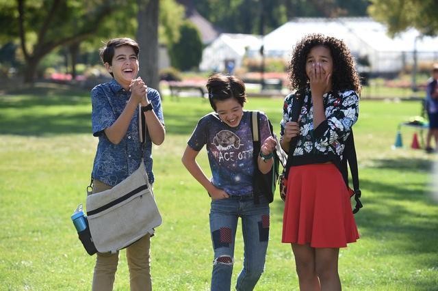 画像: 主人公は家族や友達に支えられながら、なんともドラマチックな10代の毎日を乗り越えていく。©Disney
