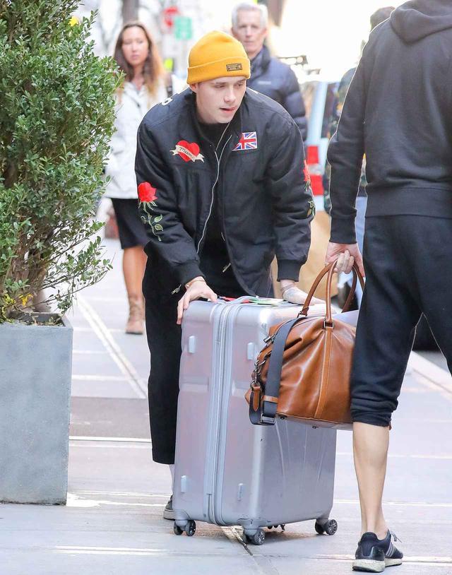 画像: クロエのスーツケースを運んであげる優しいブルックリン。