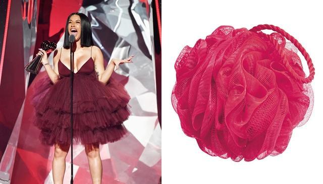 画像: カーディ・Bのドレスがお風呂場にある「アレ」にしか見えないと話題に