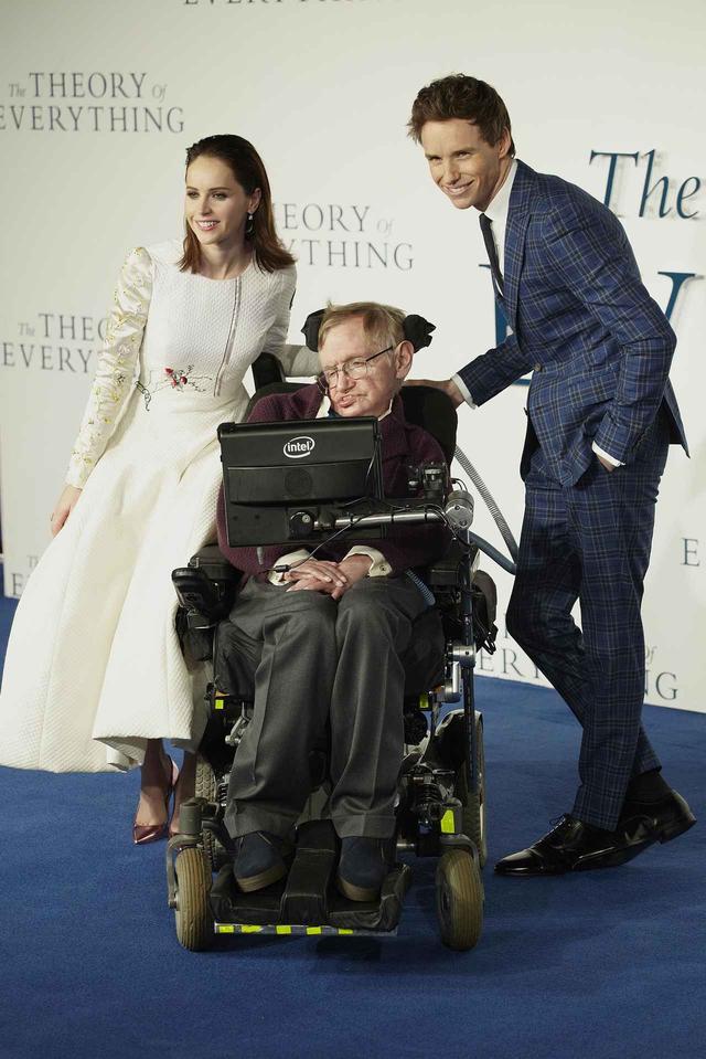 画像: エディとフェリシティと一緒にプレミアに出席したホーキング博士。