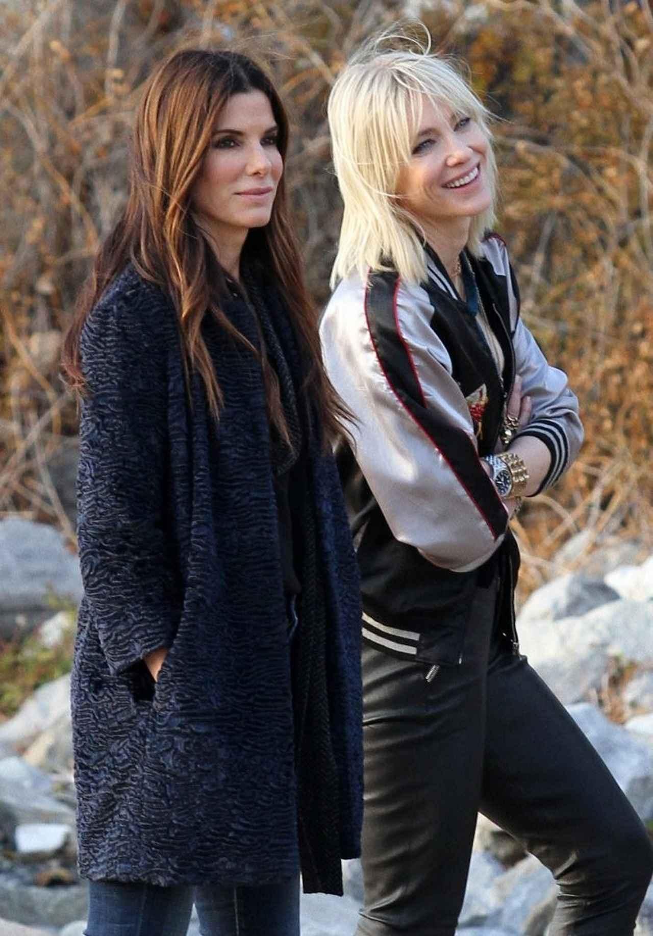 画像: 『オーシャンズ8』を撮影中のサンドラ&ケイト。