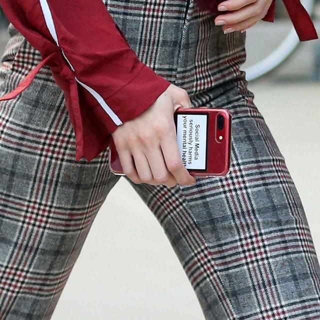 画像3: ジジ・ハディッド、携帯ケースに書いてある「あるメッセージ」とは?