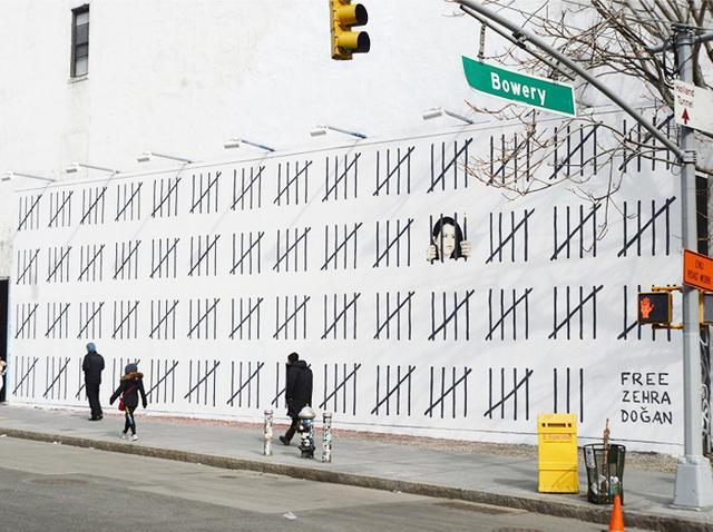 覆面画家バンクシーの巨大壁画がNYに出現 「牢獄」の絵が意味