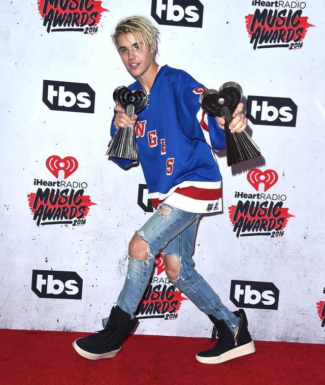 画像: フロントロウが確認したところ、彼がレッドカーペットで写真撮影に応じたのは、今から2年以上前のiHeartRadioミュージック・アワードが最後だった。