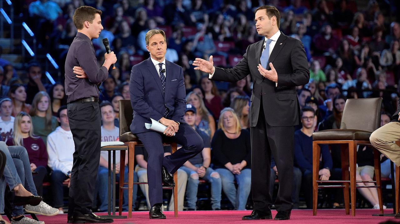 画像: 共和党のマルコ・ルビオ上院議員(右)と直接対話するマージョリー・ストーンマン・ダグラス高校の生徒。