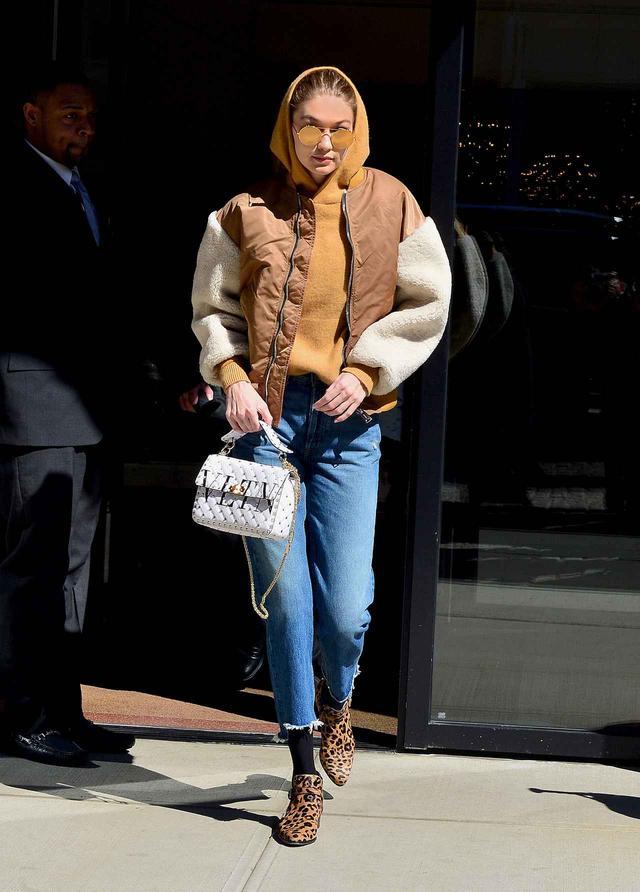 画像1: ジジ・ハディッドがゲットした、春にぴったりの最旬バッグとは?