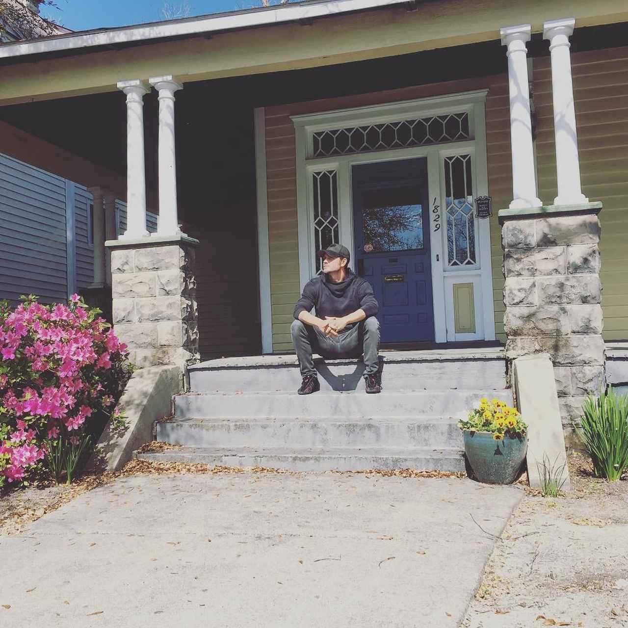 画像1: Chad MurrayさんはInstagramを利用しています:「I spent many days on this porch pondering life's great enigmas... Once a Scott, always a Scott. #OTH @eyecon3000  Side note- Friends,…」 www.instagram.com