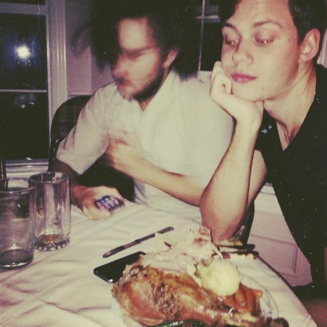画像: 残念ながらランドンの顔がブレてしまっているが、その横でサンクスギビングのごちそうをじーっと見つめているビルの姿がなんともシュール。