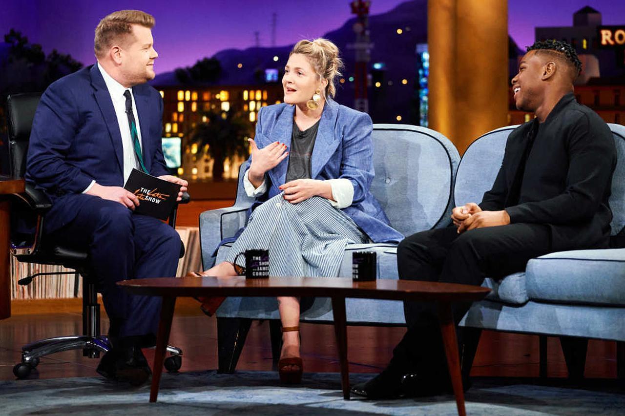 画像: 番組司会者のジェームズ・コーデン(左)と映画『スター・ウォーズ』シリーズのフィン役でおなじみの俳優ジョン・ボイエガ(右)と一緒に、和気あいあいとした雰囲気のなかトークを展開。