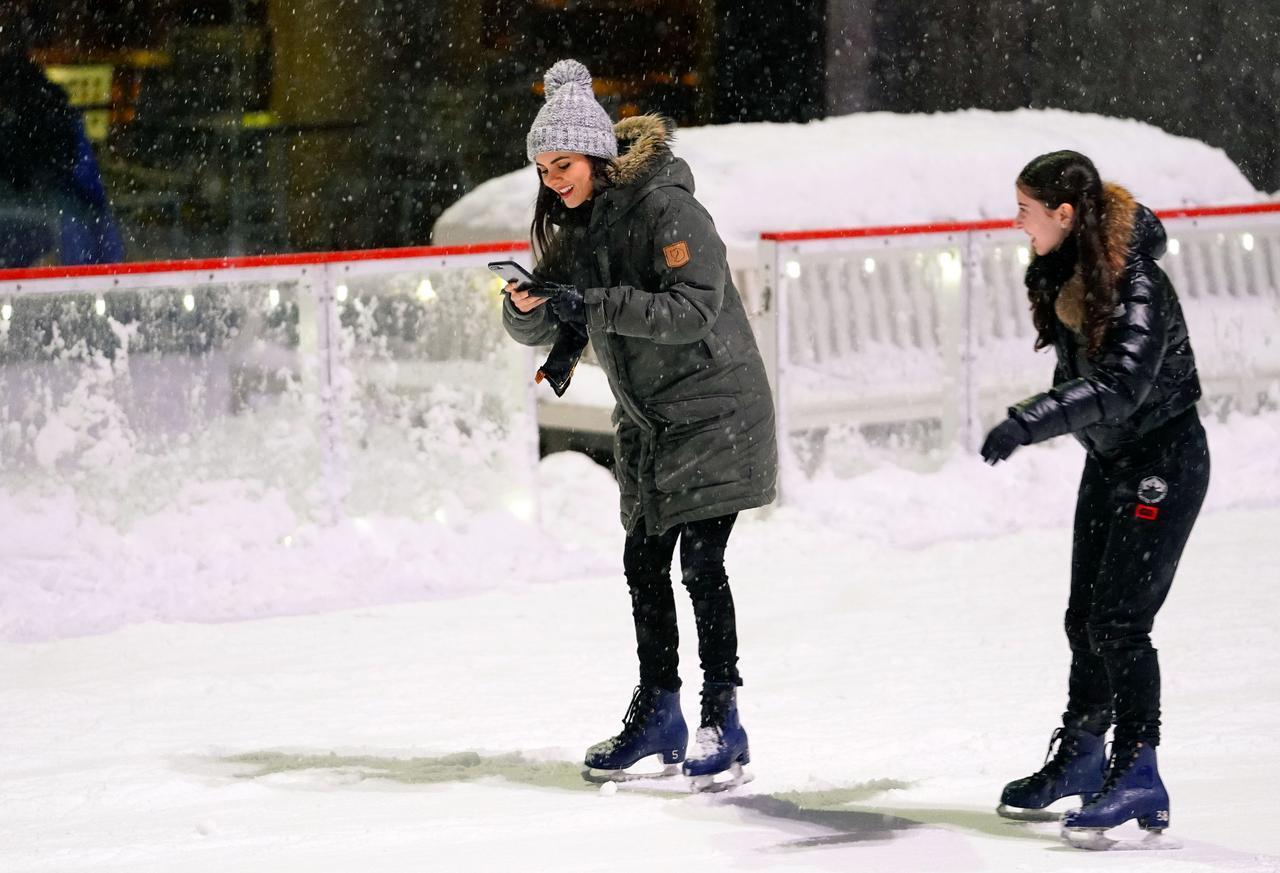 画像3: ヴィクトリア・ジャスティス、スケート場で悲惨な目に