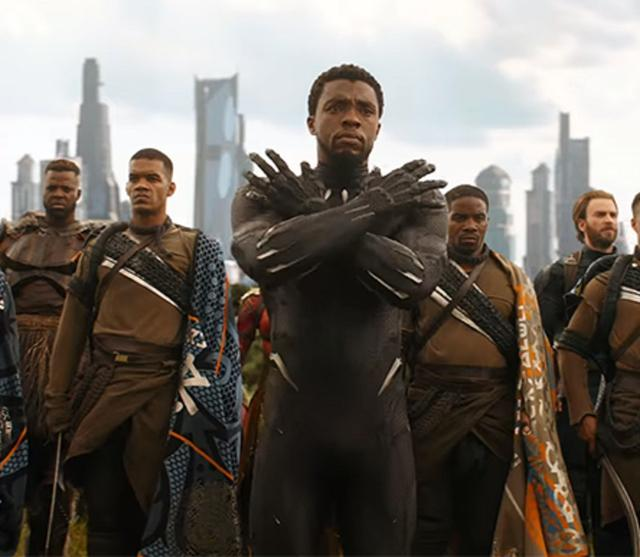 画像: 「ワカンダよ永遠なれ(Wakanda Forever)」を意味するポーズ。
