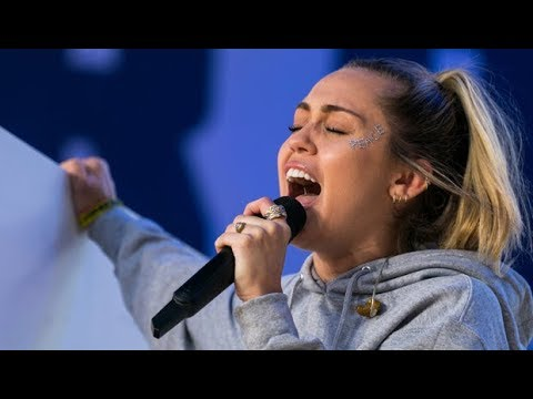 画像: Miley Cyrus - The Climb Live At #MarchForOurLives www.youtube.com