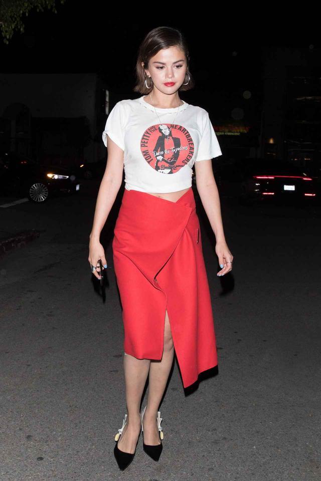 画像1: セレーナ・ゴメス流、バンドTシャツをセクシーに着こなすコーデ術