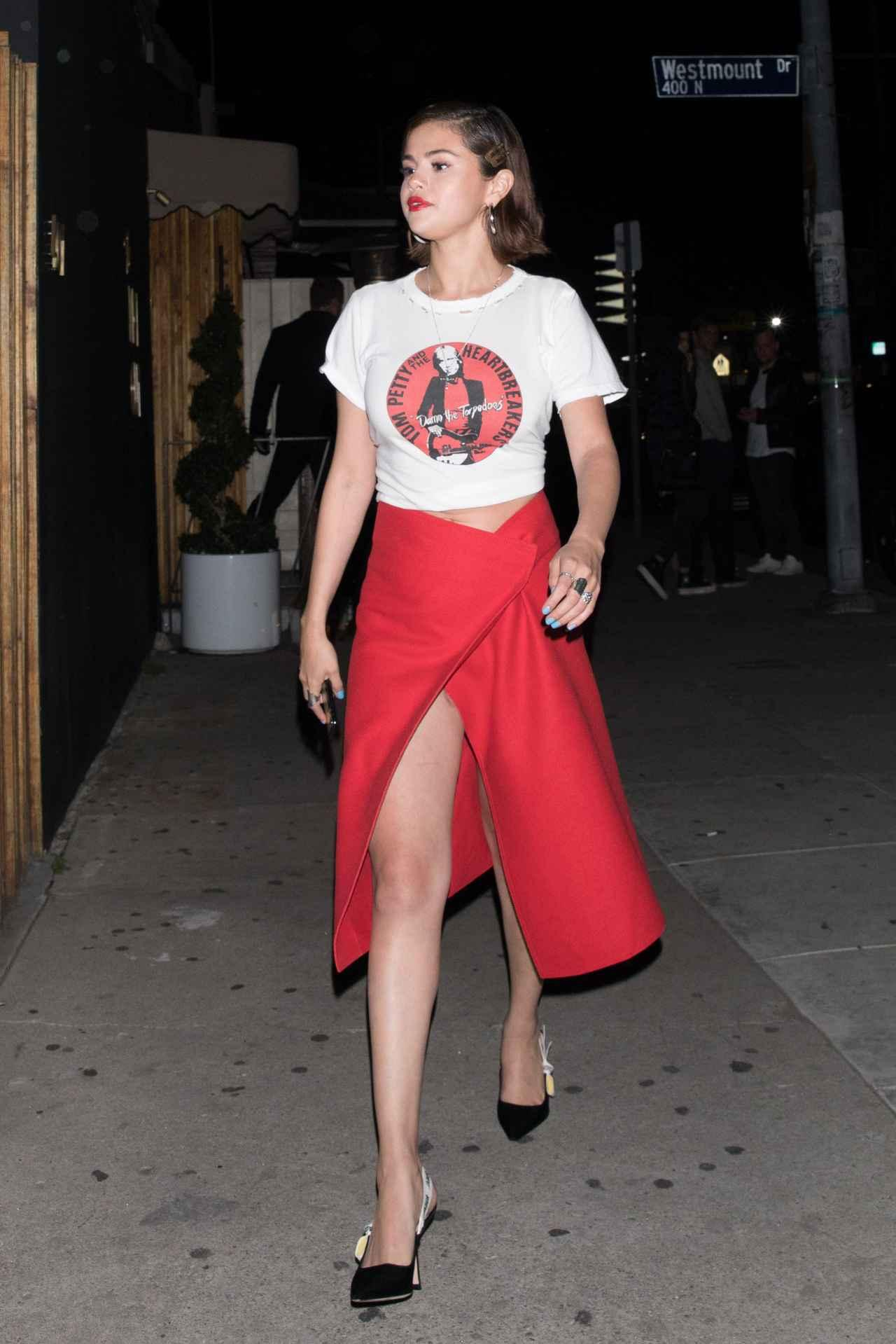 画像2: セレーナ・ゴメス流、バンドTシャツをセクシーに着こなすコーデ術