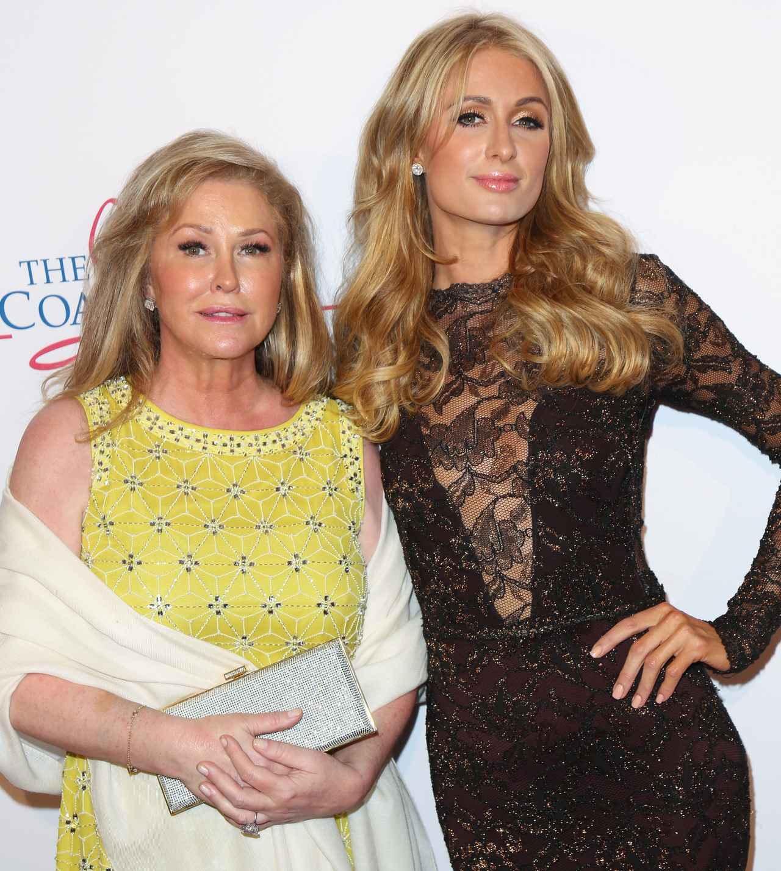 画像: 左側にいるのが、パリスの母親キャシー。