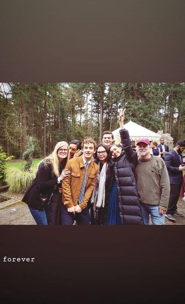 画像: 今回の来日後すぐに撮影に戻ったソフィア。やっとすべての撮影が終わり、キャストや仲間一緒にお祝いをしていた。