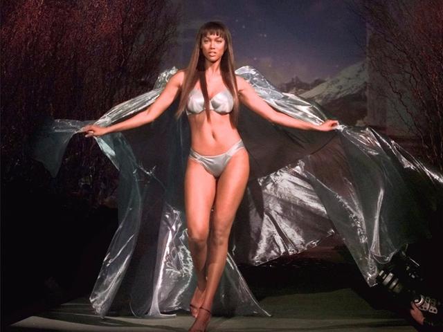 画像: ヴィクシー・ファッションショーのランウェイを歩くタイラ。