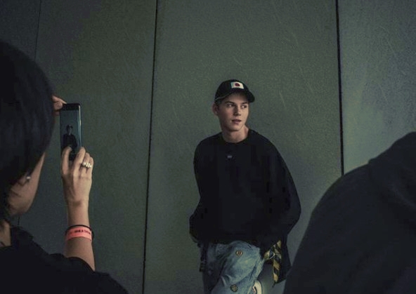 画像: ファンからもらった帽子をかぶって写真撮影をするルエル。 www.instagram.com