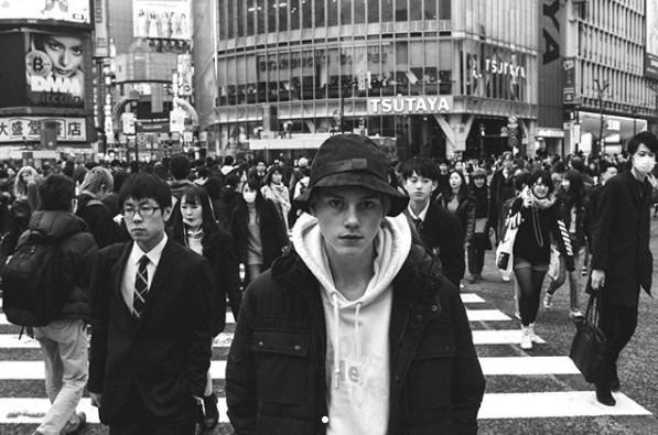 画像: 渋谷のスクランブル交差点で。 www.instagram.com