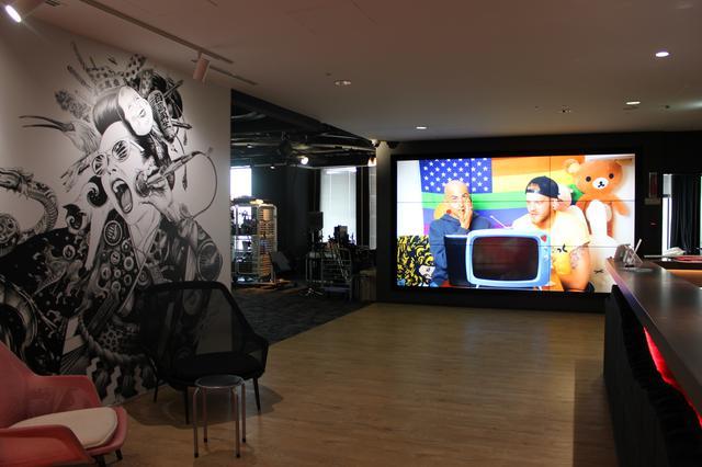 画像: YouTubeスペースの巨大スクリーンには、スーパーフルーツのアーカイブ動画が。©フロントロウ