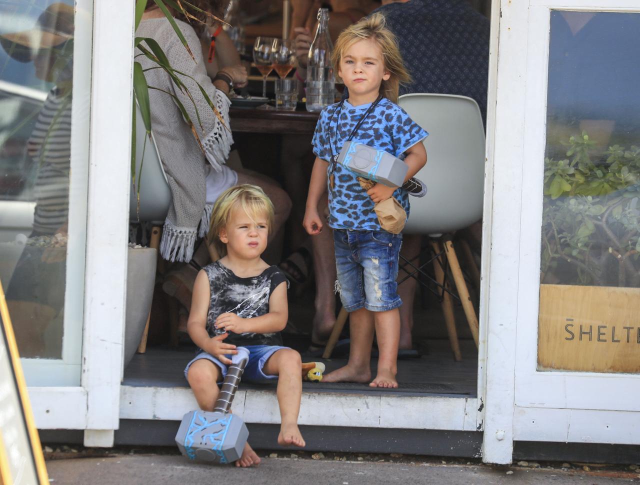 画像2: 双子の息子が持っているものは…