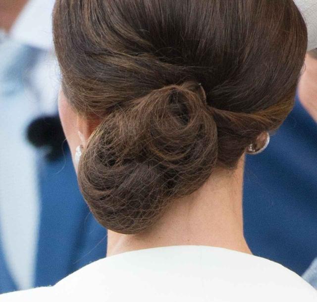 画像: (キャプ)よ~く見てみるとヘアネットをつけているのが分かる。